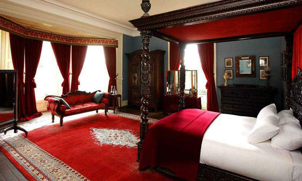 kamar tidur merah putih